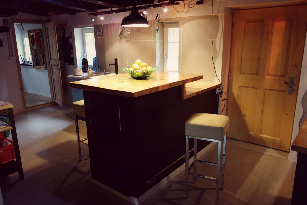 pin kueche mit bar on pinterest. Black Bedroom Furniture Sets. Home Design Ideas