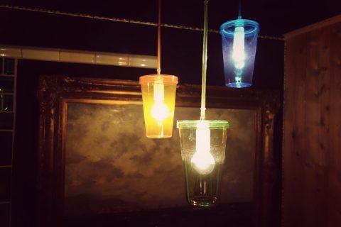 Leuchte aus bunten Becher